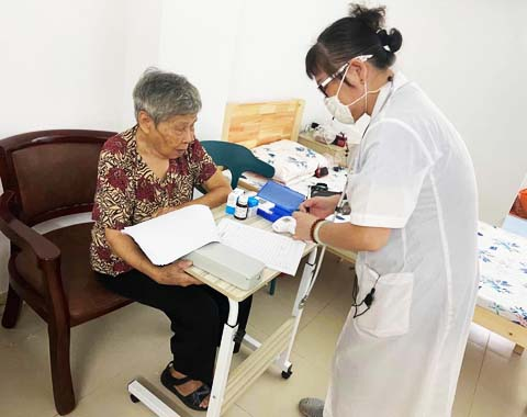 每周定期安排护士为老人测量血压和血糖
